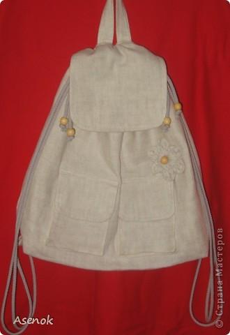 Фух... сегодня таки дошила рюкзак :) Он получился очень летний и натуральный :) Снаружи лен, внутри хлопок. Декорирован таким же льняным цветочком и деревянными бусинами. Шнур из которого сделаны лямки тоже хб-шный :) Внутри по заказу сделан карман на молнии, карманы для всякой мелочевки, резиночки чтобы вставить бутылочку с водой или соком для малыша. Снаружи два кармана с клапанами на липучке для салфеток или платочков. Вроде все описала :)  фото 1