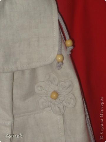 Фух... сегодня таки дошила рюкзак :) Он получился очень летний и натуральный :) Снаружи лен, внутри хлопок. Декорирован таким же льняным цветочком и деревянными бусинами. Шнур из которого сделаны лямки тоже хб-шный :) Внутри по заказу сделан карман на молнии, карманы для всякой мелочевки, резиночки чтобы вставить бутылочку с водой или соком для малыша. Снаружи два кармана с клапанами на липучке для салфеток или платочков. Вроде все описала :)  фото 2