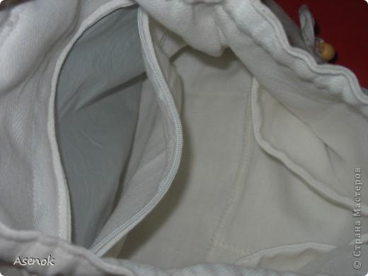 Фух... сегодня таки дошила рюкзак :) Он получился очень летний и натуральный :) Снаружи лен, внутри хлопок. Декорирован таким же льняным цветочком и деревянными бусинами. Шнур из которого сделаны лямки тоже хб-шный :) Внутри по заказу сделан карман на молнии, карманы для всякой мелочевки, резиночки чтобы вставить бутылочку с водой или соком для малыша. Снаружи два кармана с клапанами на липучке для салфеток или платочков. Вроде все описала :)  фото 4