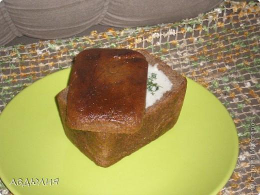 300 гр шампиньонов,600 гр картофеля,200 гр лука,500 мл сливок (15-20%)соль,перец,растительное масло!Картофель почистить, нарезать не сильно мелко.  Залить водой так, чтобы она только покрывала картофель, посолить, отварить до готовности.  После того, как картофель сварится, слить воду, картофель потолочь.  Лук мелко покрошить  Грибы нарезать.Обжарить лук на растительном масле.  Добавить грибы, немного посолить. Жарить до тех пор, пока не испарится вся жидкость. Измельчить в блендере грибы с луком.Добавить грибы к картофелю, вылить сливки, немного посолить, поперчить. Еще раз перемешать все блендером. Довести до кипения, но не кипятить (при разогреве также доводить до кипения, но не кипятить). При подаче посыпать зеленью. Бородинский хлебушек - отрезать аккуратно верх вытащить мякоть , бока и крышку смазать раст. маслом и в духовку минут на 10!Подается порционно в каждый входит около 200мл!