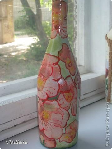 А я вот тренируюсь на бутылочках. На этой попыталась совместить остатки салфетки и элементы декупажной карты. Оклеила скорлупой, а открытые места заточкала. Это тоже для тренировки.)) фото 7