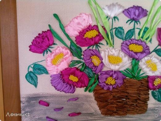 Это одна из последних работ, которую я вышивала в подарок на день рождения своей Лёлечке. Картина выполнена вышивкой лентами и бисером (серединки астр), хотя и не без помарок, но резельтатом я довольна. Идея взята у Инессы Тимониной, она была моим вдохновителем для занятий вышивкой. Возможно в скором времени попытаюсь повторить ее гладиолусы. фото 2