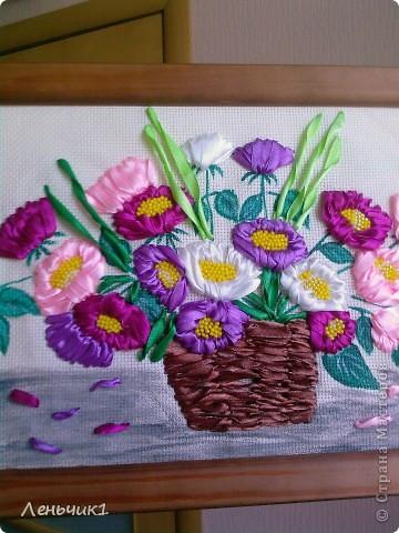 Это одна из последних работ, которую я вышивала в подарок на день рождения своей Лёлечке. Картина выполнена вышивкой лентами и бисером (серединки астр), хотя и не без помарок, но резельтатом я довольна. Идея взята у Инессы Тимониной, она была моим вдохновителем для занятий вышивкой. Возможно в скором времени попытаюсь повторить ее гладиолусы. фото 4