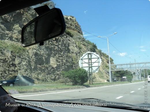 С ветерком по Тбилиси мы немного проехались для Вас на видео.  А вот такие скалы у нас вдоль почти всей дороги! фото 1