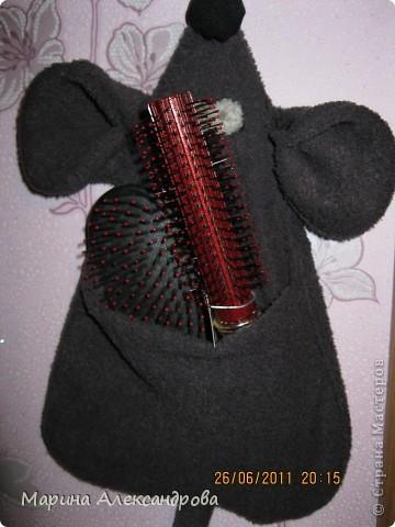 Вот такую мышку с карманом лет 7 назад я шила своей маме и сестре  на 8ое марта...держатель для расчесок!Эта мышь до сих пор радует мамочку! были в гостях...решила сфотографировать...возможно что кому-то пригодится, шьется не сложно... фото 2