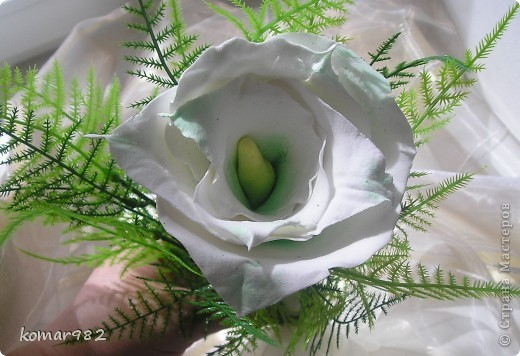 Гламелия - это цветок, созданный из лепестков нескольких. Гламелии делают и из живых лепестков, но в этом случае жизнь их весьма коротка. Вот я решила попробовать сделать гламелию из ДЕКО. В моем случае это Калломелия. Цветок из листьев каллы. Однажды я видела Гламелию из лепестков лилии. Потрясающая композиция. Может быть кто-то из мастериц возьмется и слепит прекрасную Лилимелию. Кстати, моя сумочка из полимерной глины то же своего рода Розамелия. Так что не зная еще о таком замечательном направлении во флористике, я интуитивно создала свою очаровашку. фото 1