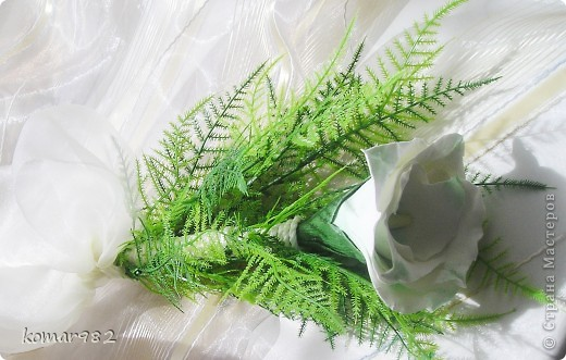 Гламелия - это цветок, созданный из лепестков нескольких. Гламелии делают и из живых лепестков, но в этом случае жизнь их весьма коротка. Вот я решила попробовать сделать гламелию из ДЕКО. В моем случае это Калломелия. Цветок из листьев каллы. Однажды я видела Гламелию из лепестков лилии. Потрясающая композиция. Может быть кто-то из мастериц возьмется и слепит прекрасную Лилимелию. Кстати, моя сумочка из полимерной глины то же своего рода Розамелия. Так что не зная еще о таком замечательном направлении во флористике, я интуитивно создала свою очаровашку. фото 2