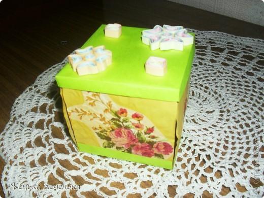 Коробочка бумажная, по бокам аппликация из цветочных фрагментов салфетки. На крышке цветочки в технике квилинг.  фото 1