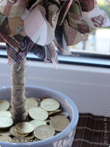 Вот оно какое денежное дерево, сделала подружке в подарок на День Рождения! Что бы сделать такое же, вам понадобится: - сувенирные банкноты, у кого есть возможность, можно взять и настоящие :) - газета - любая палочка (для ствола) - шпагат - кашпо - алебастр - супер клей, или жидкие гвозди - монетки (в моем случае это настоящие 1, 5 и 10 копеек)  фото 14