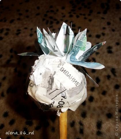 Вот оно какое денежное дерево, сделала подружке в подарок на День Рождения! Что бы сделать такое же, вам понадобится: - сувенирные банкноты, у кого есть возможность, можно взять и настоящие :) - газета - любая палочка (для ствола) - шпагат - кашпо - алебастр - супер клей, или жидкие гвозди - монетки (в моем случае это настоящие 1, 5 и 10 копеек)  фото 3