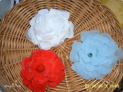 Очень давно хочется сделать цветы из ткани, но инструментов я не имею, а ткани разной много, вот я и поэкспериментировала :) Ткань предварительно прожелантинила, высушила. Выкройку брала из книги. Книга моего года рождения :))) фото 1