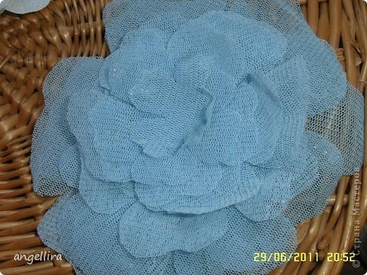 Очень давно хочется сделать цветы из ткани, но инструментов я не имею, а ткани разной много, вот я и поэкспериментировала :) Ткань предварительно прожелантинила, высушила. Выкройку брала из книги. Книга моего года рождения :))) фото 2