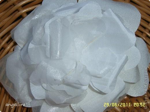 Очень давно хочется сделать цветы из ткани, но инструментов я не имею, а ткани разной много, вот я и поэкспериментировала :) Ткань предварительно прожелантинила, высушила. Выкройку брала из книги. Книга моего года рождения :))) фото 4