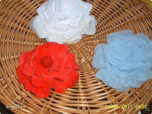 Очень давно хочется сделать цветы из ткани, но инструментов я не имею, а ткани разной много, вот я и поэкспериментировала :) Ткань предварительно прожелантинила, высушила. Выкройку брала из книги. Книга моего года рождения :))) фото 5