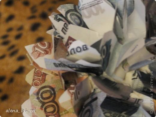 Вот оно какое денежное дерево, сделала подружке в подарок на День Рождения! Что бы сделать такое же, вам понадобится: - сувенирные банкноты, у кого есть возможность, можно взять и настоящие :) - газета - любая палочка (для ствола) - шпагат - кашпо - алебастр - супер клей, или жидкие гвозди - монетки (в моем случае это настоящие 1, 5 и 10 копеек)  фото 4