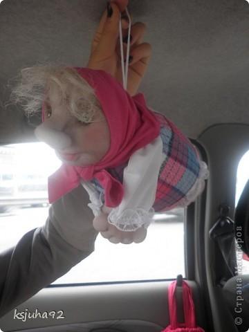 """Всім привіт ! Я домовушка. Їду у подарунок на день народження, тому фотосесія проходить прямо у машині. Ця бабуся повторюшка. Я була на ляльковій виставці """"Київська казка"""" у Києві і побачила таку лялечку. Робота належала Ользі Рубцовій. Домовушка мені сподобалася і схотілося собі таку зробити. фото 6"""