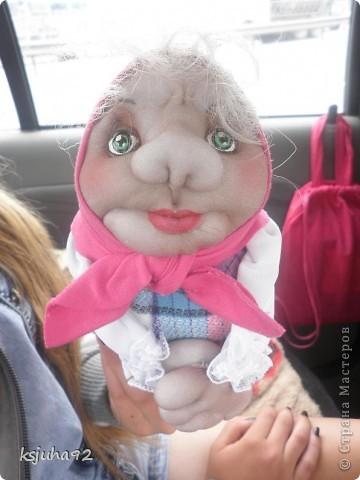 """Всім привіт ! Я домовушка. Їду у подарунок на день народження, тому фотосесія проходить прямо у машині. Ця бабуся повторюшка. Я була на ляльковій виставці """"Київська казка"""" у Києві і побачила таку лялечку. Робота належала Ользі Рубцовій. Домовушка мені сподобалася і схотілося собі таку зробити. фото 8"""