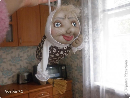 Привіт ! Представляю вам ще одну бабульку - домовушку. Це бабуся - господиня, яка дбає про чистоту і порядок у домі. фото 3