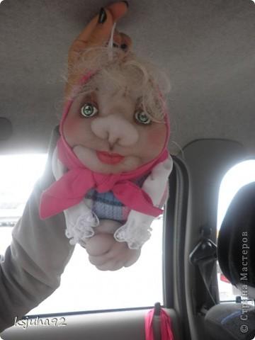 """Всім привіт ! Я домовушка. Їду у подарунок на день народження, тому фотосесія проходить прямо у машині. Ця бабуся повторюшка. Я була на ляльковій виставці """"Київська казка"""" у Києві і побачила таку лялечку. Робота належала Ользі Рубцовій. Домовушка мені сподобалася і схотілося собі таку зробити. фото 1"""