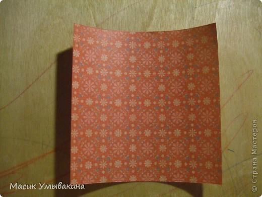 Понадобиться бумага для скрапбукинга (здесь взята не очень плотная бумага,односторонняя).  Я брала обычный стандартный лист 30х30 и делила его на 9 одинаковых квадратов 10х10 см. Это один из них, для простой коробочки понадобиться 8 квадратов (4 на крышку и 4 на дно коробки).  фото 1