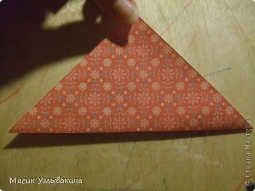 Понадобиться бумага для скрапбукинга (здесь взята не очень плотная бумага,односторонняя).  Я брала обычный стандартный лист 30х30 и делила его на 9 одинаковых квадратов 10х10 см. Это один из них, для простой коробочки понадобиться 8 квадратов (4 на крышку и 4 на дно коробки).  фото 2
