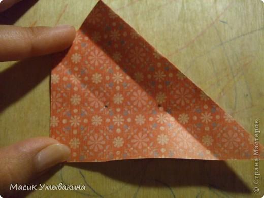 Понадобиться бумага для скрапбукинга (здесь взята не очень плотная бумага,односторонняя).  Я брала обычный стандартный лист 30х30 и делила его на 9 одинаковых квадратов 10х10 см. Это один из них, для простой коробочки понадобиться 8 квадратов (4 на крышку и 4 на дно коробки).  фото 13