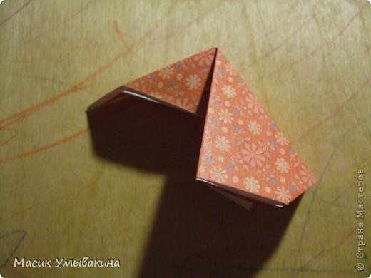 Понадобиться бумага для скрапбукинга (здесь взята не очень плотная бумага,односторонняя).  Я брала обычный стандартный лист 30х30 и делила его на 9 одинаковых квадратов 10х10 см. Это один из них, для простой коробочки понадобиться 8 квадратов (4 на крышку и 4 на дно коробки).  фото 16