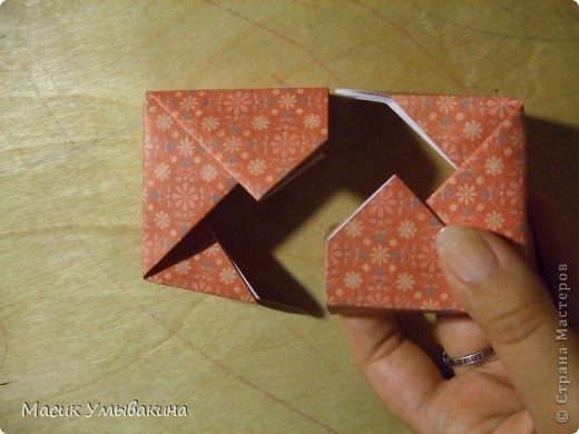 Понадобиться бумага для скрапбукинга (здесь взята не очень плотная бумага,односторонняя).  Я брала обычный стандартный лист 30х30 и делила его на 9 одинаковых квадратов 10х10 см. Это один из них, для простой коробочки понадобиться 8 квадратов (4 на крышку и 4 на дно коробки).  фото 20