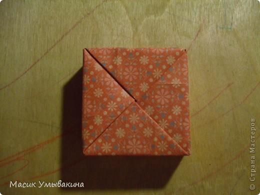 Понадобиться бумага для скрапбукинга (здесь взята не очень плотная бумага,односторонняя).  Я брала обычный стандартный лист 30х30 и делила его на 9 одинаковых квадратов 10х10 см. Это один из них, для простой коробочки понадобиться 8 квадратов (4 на крышку и 4 на дно коробки).  фото 21