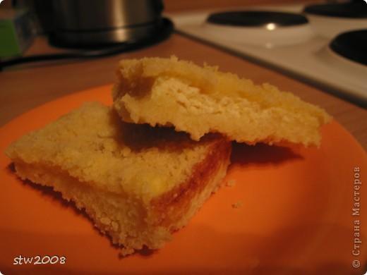 Очень быстро и ну очень нежно и вкусно. Мои его обажают, особенно мужчины и папа в том числе. Смешиваете руками:  75гр. маргарина 0.5.ст. сахара 1,5 ст. муки разрыхлитель, чуть соли и ванилин Отдельно смешиваете 250гр. творога 0,5 ст сахара (можно и побольше - кто как любит) 2 яйца На листе, смазанном раст. маслом высыпаем крошку из теста 2/3 части на неё выливаем творожную массу и сверху остальную крошку из теста. Печь при 180 гр. пока не подрумянится фото 1