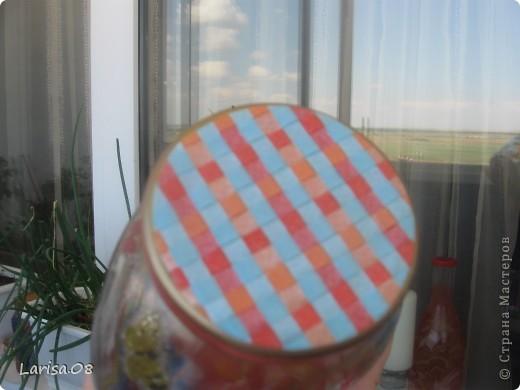 Наконец-то я добралась до марморирования. Очень хотелось попробовать, т.к. много раз видела как рисуют картины на воде, а затем переносят всю красоту на бумагу. Ощущение восторга, когда рисуешь на воде и еще что-то получается, попробуйте, это очень интересно!!! Материалы: краска для марморирования, клей ПВА, салфетки, витражные контуры, блестки, лак финишный аэрозольный. Салфеточка очень красивая с маками, как раз в тон, а понадобилась для того, чтобы прикрыть небольшие пробелы в рисунке.  На другой баночке бабочки тоже декупаж...Кстати, в технике не нашла марморирование, поэтому поставила только декупаж, да и он здесь присутствует...думаю это не страшное нарушение установленного порядка...?... фото 11