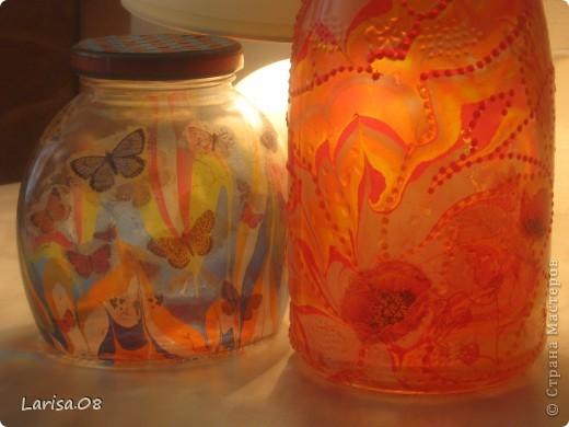 Наконец-то я добралась до марморирования. Очень хотелось попробовать, т.к. много раз видела как рисуют картины на воде, а затем переносят всю красоту на бумагу. Ощущение восторга, когда рисуешь на воде и еще что-то получается, попробуйте, это очень интересно!!! Материалы: краска для марморирования, клей ПВА, салфетки, витражные контуры, блестки, лак финишный аэрозольный. Салфеточка очень красивая с маками, как раз в тон, а понадобилась для того, чтобы прикрыть небольшие пробелы в рисунке.  На другой баночке бабочки тоже декупаж...Кстати, в технике не нашла марморирование, поэтому поставила только декупаж, да и он здесь присутствует...думаю это не страшное нарушение установленного порядка...?... фото 3
