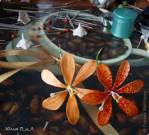 Сразу прошу прощения за качество фото…Выдалось 3 выходных дня…да все дождливые (вот и сейчас идет дождь)...…Клея нет, масса на исходе – решила пересмотреть цветы моего «запасника» – выбрать что-то на будущее, и слепить что-то маленькое... фото 8