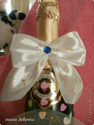 Синие розы потому, что так решила заказчица, и обязательно ткань,  захотелось сделать оформление как букет, давно так хотелось оформить розы, бутылочка будет учавствовать в свадебном аукционе! фото 2