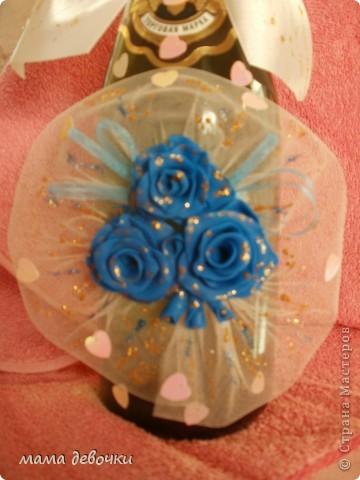 Синие розы потому, что так решила заказчица, и обязательно ткань,  захотелось сделать оформление как букет, давно так хотелось оформить розы, бутылочка будет учавствовать в свадебном аукционе! фото 3