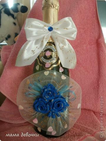 Синие розы потому, что так решила заказчица, и обязательно ткань,  захотелось сделать оформление как букет, давно так хотелось оформить розы, бутылочка будет учавствовать в свадебном аукционе! фото 1