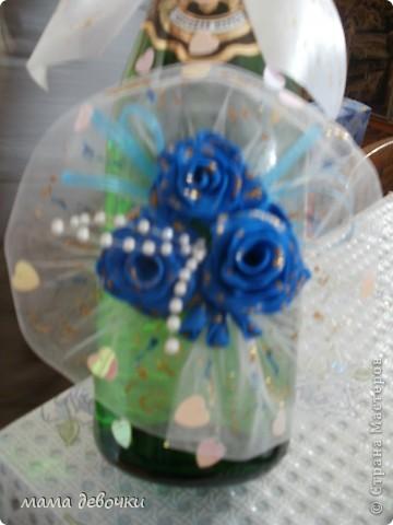 Синие розы потому, что так решила заказчица, и обязательно ткань,  захотелось сделать оформление как букет, давно так хотелось оформить розы, бутылочка будет учавствовать в свадебном аукционе! фото 4