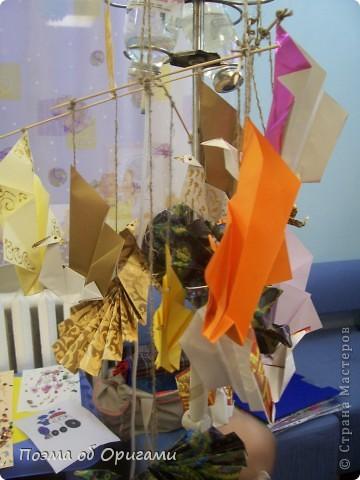 Благодаря пышному, распускаемому веером хвосту, павлин известен как одна из самых красивых птиц в мире. А потому, неспроста в технике оригами известно огромное количество моделей таких красавиц. Эта подвеска состоит сразу из трех видов фигурок данных пернатых. фото 21