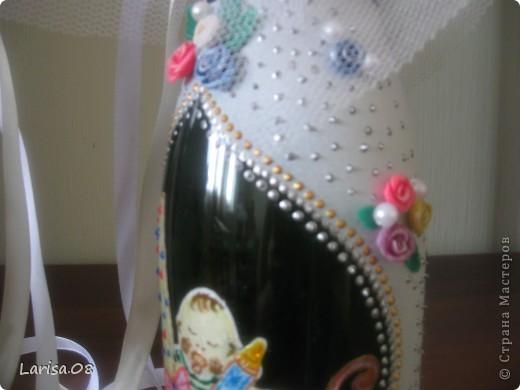 Милые мастерицы, представляю на Ваш суд новую веху в моем творчестве...Вдохновилась благодаря Вам, дорогие мои, за что огромное спасибо!!! Давно собиралась попробовать декорировать бутылочки...сделала одну..., пригласила подругу в гости...а далее пошли заказы. Эта парочка бычков уехала на свадьбу в Красноярский край. Мне очень приятно, что молодожены остались довольны!!! Колясочка с ребеночком - это салфетка, так что декупажу я не изменяю...полюбился очень. Материалы все те же, лак сверху не использовала, т.к. акрил держится очень хорошо. Хотелось-бы узнать Ваше мнение, рада буду любым советам, заранее благодарна! фото 5
