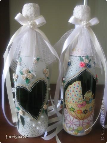 Милые мастерицы, представляю на Ваш суд новую веху в моем творчестве...Вдохновилась благодаря Вам, дорогие мои, за что огромное спасибо!!! Давно собиралась попробовать декорировать бутылочки...сделала одну..., пригласила подругу в гости...а далее пошли заказы. Эта парочка бычков уехала на свадьбу в Красноярский край. Мне очень приятно, что молодожены остались довольны!!! Колясочка с ребеночком - это салфетка, так что декупажу я не изменяю...полюбился очень. Материалы все те же, лак сверху не использовала, т.к. акрил держится очень хорошо. Хотелось-бы узнать Ваше мнение, рада буду любым советам, заранее благодарна! фото 1