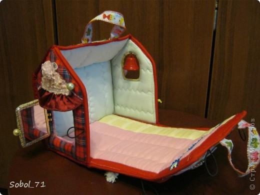 Вот, только закончила на подарок к первому дню рождения девочки, еще не подарила.  Такая сумочка- кукольный домик Форма-идея из интернета, содержание - полет фантазии. фото 4