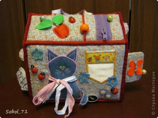 Вот, только закончила на подарок к первому дню рождения девочки, еще не подарила.  Такая сумочка- кукольный домик Форма-идея из интернета, содержание - полет фантазии. фото 2