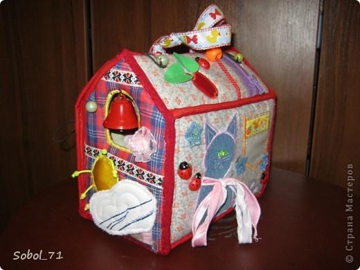 Вот, только закончила на подарок к первому дню рождения девочки, еще не подарила.  Такая сумочка- кукольный домик Форма-идея из интернета, содержание - полет фантазии. фото 3