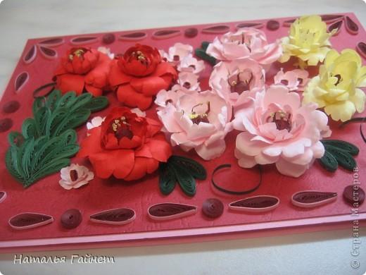 Подарочная открытка на день рождения. Конструкция мольберт. Люблю такие цветы!Попробовала сделать немного по-разному.И новые полосочки для квиллинга - так нравятся!!! фото 3