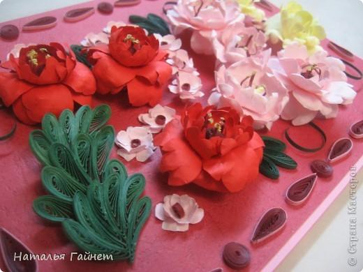 Подарочная открытка на день рождения. Конструкция мольберт. Люблю такие цветы!Попробовала сделать немного по-разному.И новые полосочки для квиллинга - так нравятся!!! фото 4