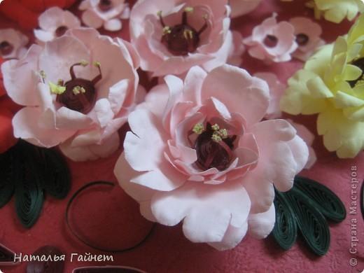 Подарочная открытка на день рождения. Конструкция мольберт. Люблю такие цветы!Попробовала сделать немного по-разному.И новые полосочки для квиллинга - так нравятся!!! фото 5