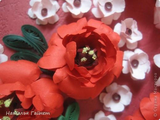 Подарочная открытка на день рождения. Конструкция мольберт. Люблю такие цветы!Попробовала сделать немного по-разному.И новые полосочки для квиллинга - так нравятся!!! фото 8