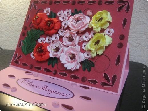 Подарочная открытка на день рождения. Конструкция мольберт. Люблю такие цветы!Попробовала сделать немного по-разному.И новые полосочки для квиллинга - так нравятся!!! фото 1