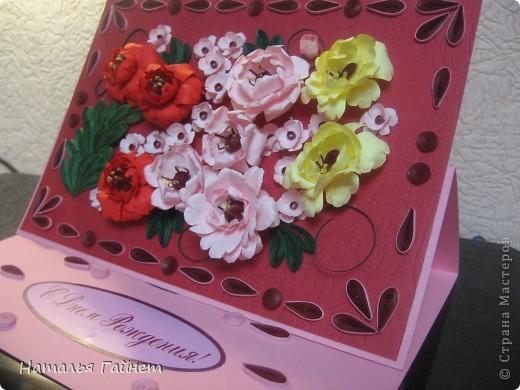 Подарочная открытка на день рождения. Конструкция мольберт. Люблю такие цветы!Попробовала сделать немного по-разному.И новые полосочки для квиллинга - так нравятся!!! фото 12