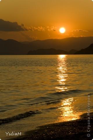 Здравствуйте, мои дорогие! Отпуск пролетел так незаметно, так быстро! Столько хороших мгновений! Столько радости, солнца, тепла! Так хочется поделиться с вами, подарить вам хоть частичку того радостного блаженства, которым щедро одаряет нас море! Мой фоторепортаж о чудесном уголке Крыма - нашем любимом месте отдыха, куда мы всей семьей ездим почти каждый год - городке Орджоникидзе, который расположился недалеко от Феодосии, и его необыкновенных окрестностях.  Жгучее солнце в небе высоком Греет лучами старые горы. А у подножий тихим прибоем Шепчет лазурное море.   фото 20